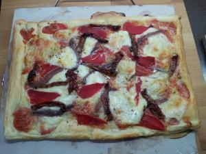 Hojaldre de anchoas, pimientos del piquillo y tomates secos